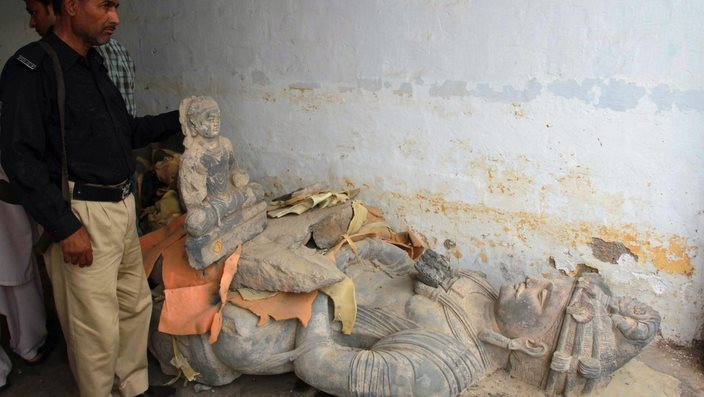 Pakistani police officials display Budha statues, recovered during an operation in Karachi, Pakistan, 06 July 2012