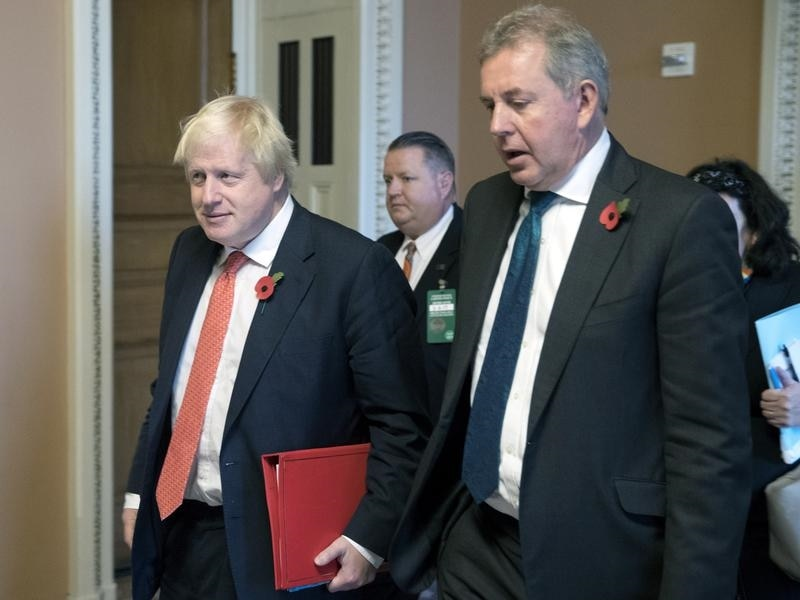 Boris Johnson (L) and Kim Darroch (R)