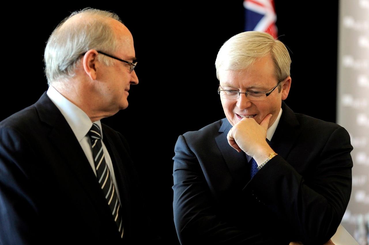 Ross Garnaut speaks to Kevin Rudd in 2009.